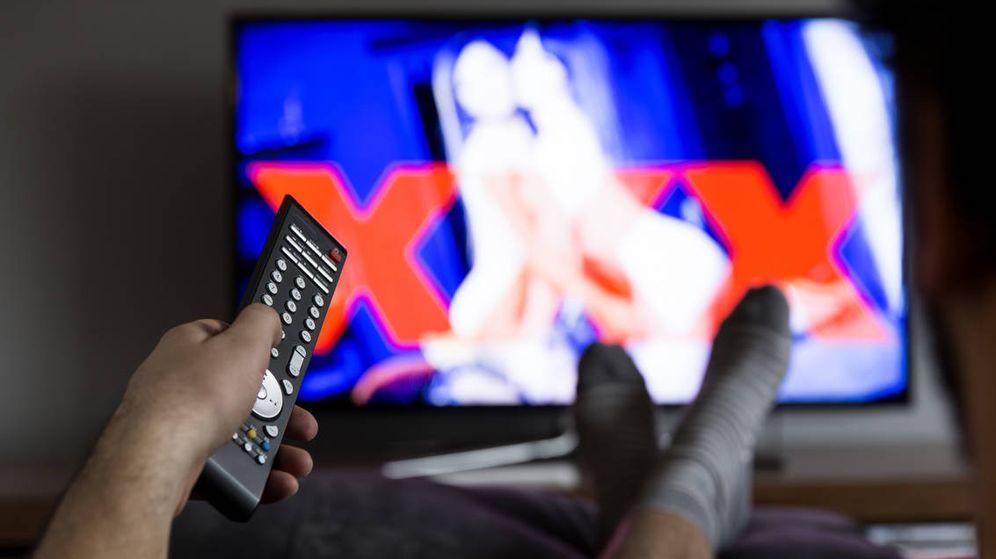 Foto: Hombre mira pornografía en la televisión. (iStock)