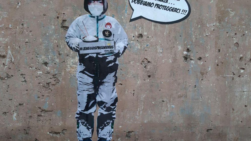 Foto: Un mural en el barrio chino de Roma denuncia la ola de racismo que sufre la comunidad china por el coronavirus. (EFE)
