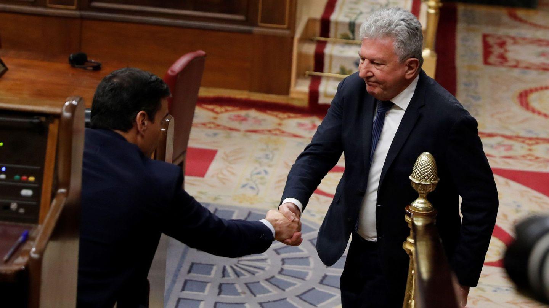 El diputado de Nueva Canarias, Pedro Quevedo (d), saluda al presidente del Gobierno, Pedro Sánchez, el día de su investidura. (EFE)