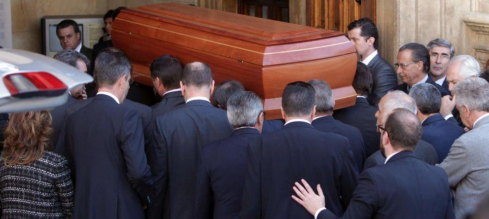 Foto: Entrada del féretro con los restos mortales de la presidenta de la Diputación y del PP provincial. (EFE)