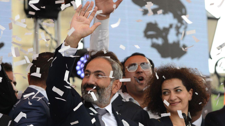 Nikol Pashinián y su esposa, Anna Hakobyan, celebran su victoria en la plaza de la República en Ereván, el 8 de mayo de 2018. (EFE)