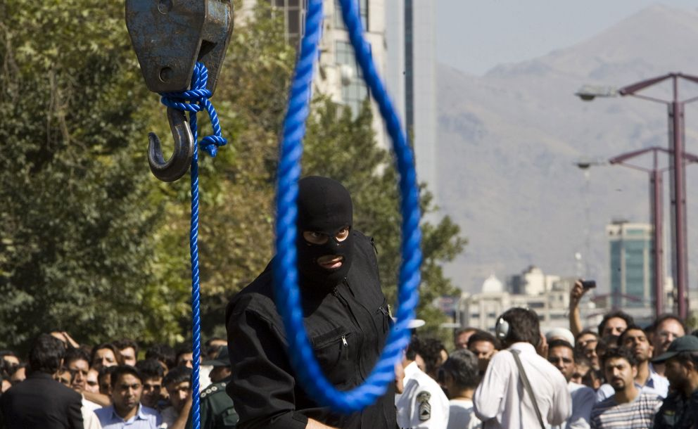 Un policía iraní vigila la escena de la ejecución de Majid Kavousifar (Reuters).
