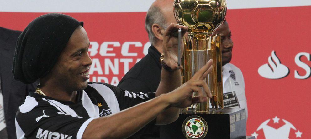 Foto: Ronaldinho, con el trofeo de la Recopa suramericana que ganó el miércoles (EFE).