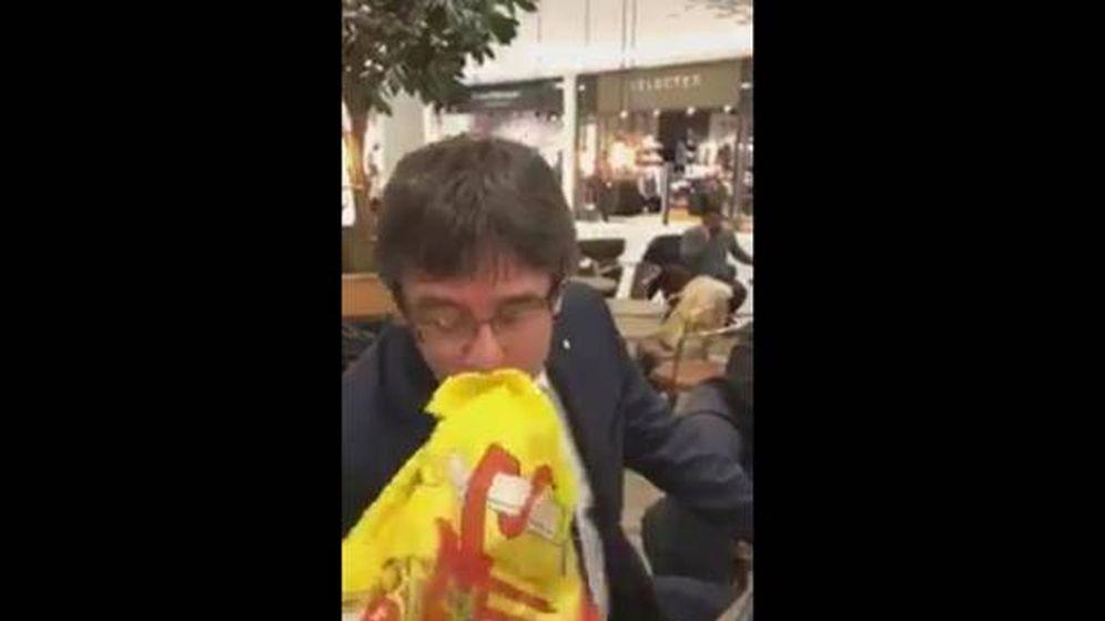 Foto: Pantallazo del vídeo en el que Puigdemont besa la bandera de España
