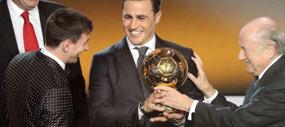 Foto: Cannavaro, ganador del Balón de Oro de 2006, entregando uno de sus premios a Messi en presencia de Blatter.