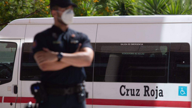 Un agente de la Policía Nacional vigila la entrada del Centro de Acogida, Emergencia y Derivación de Cruz Roja de Málaga, donde se detectó un foco en junio. (EFE)