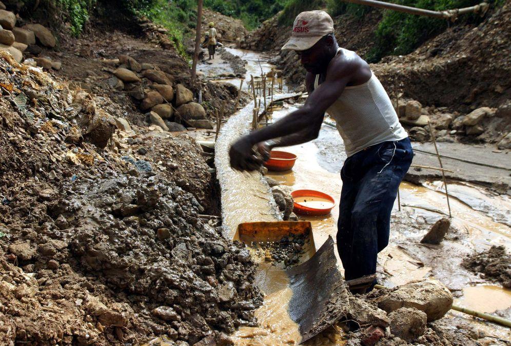 Foto: Un trabajador congoleño en una mina de oro cercana a la ciudad de Kamituga, al este de la RDC (Reuters).