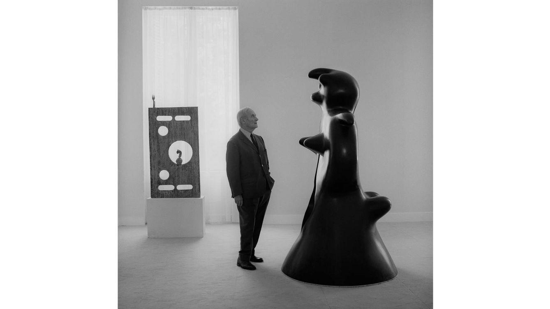 Foto: Imagen de archivo de Joan Miró frente a una de sus obras. (Imagen: F. Català-Roca)