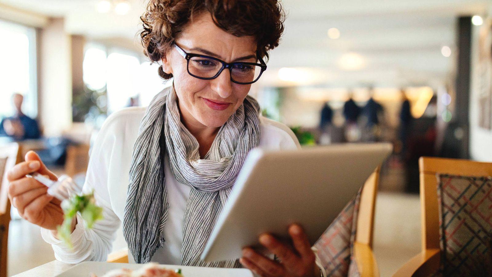 Foto: ¿Comer y mirar la tablet? Mal. (iStock)