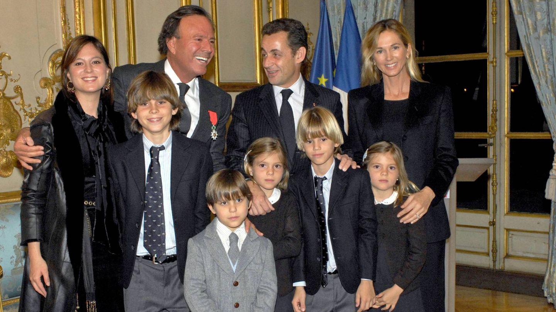 Julio Iglesias posa con su familia y con Nicolas Sarkozy, cuando recibió la Legión de Honor francesa. (CP)