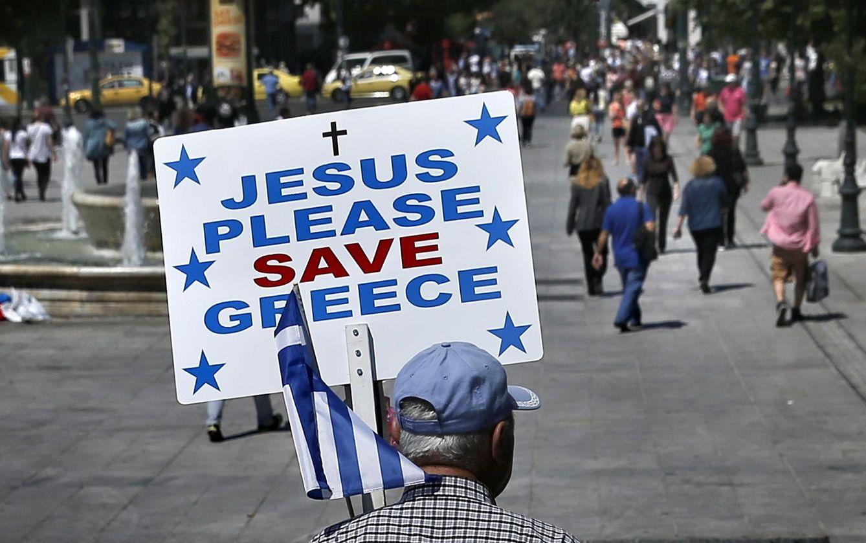 Foto: Un hombre sostiene una pancarta en la Plaza Syntagma de Atenas, el 4 de mayo de 2015. (Reuters)