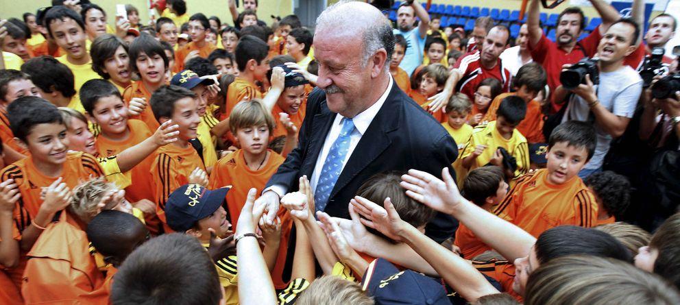 Foto: Del Bosque, rodeado de niños en un acto celebrado en su Salamanca natal (EFE)