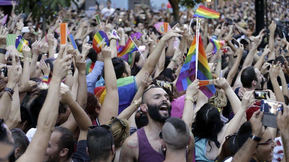 Foto: Cientos de personas se concentran en la plaza de Chueca, en el centro de Madrid, para escuchar el pregón de las fiestas del Orgullo Gay 2015. (EFE)