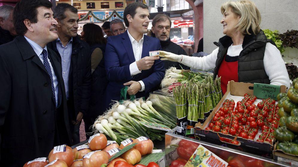 Foto: Imagen de archivo de Albert Rivera visitando un mercado. (EFE)