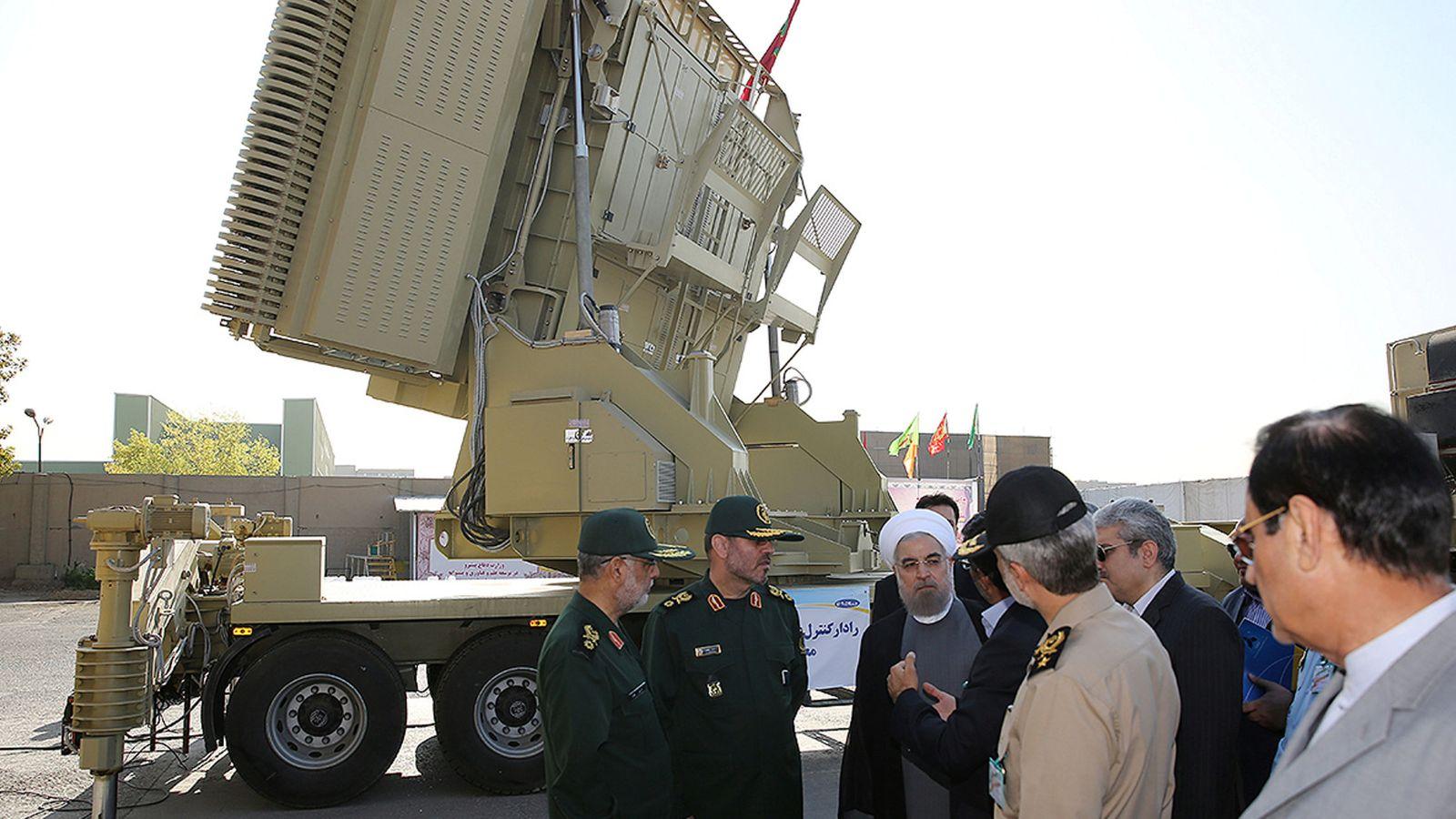 Foto: El presidente iraní Hassan Rohaní y el ministro de Defensa Hossein Dehghan frente a un sistema antimisiles Bavar-373 en Teherán, en agosto de 2016 (Reuters)