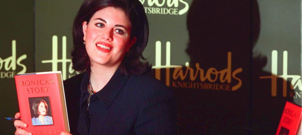 Foto: La exbecaria de Bill Clinton, Mónica Lewinsky, presentando sus memorias en Londres en 1999 (Gtres)