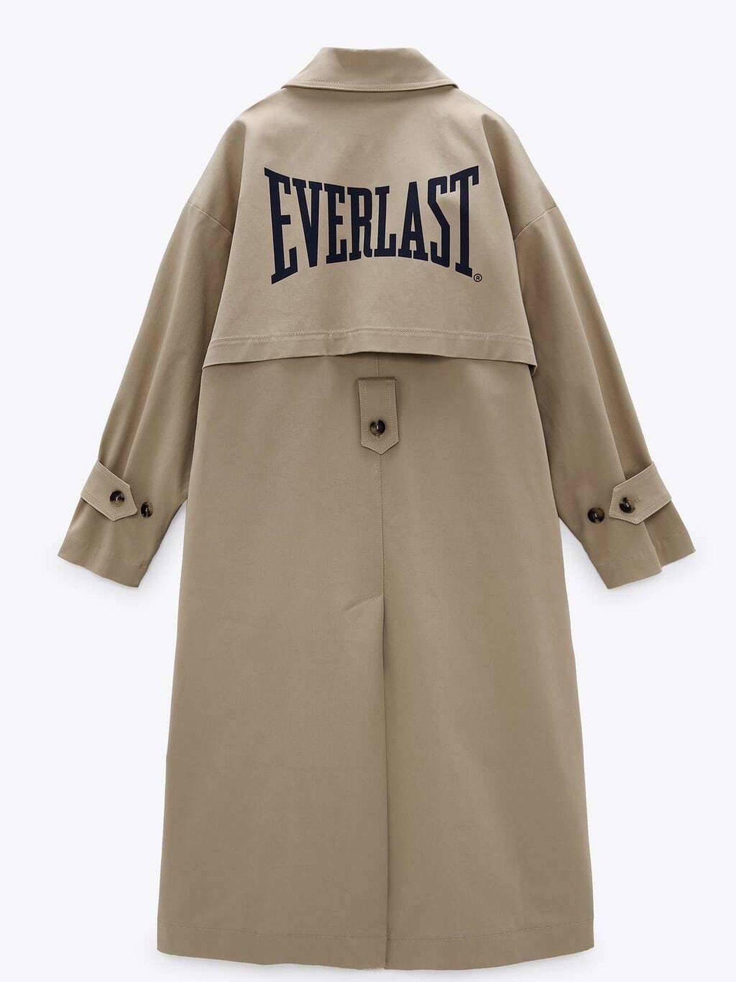 La gabardina de la colección de Zara y Everlast. (Cortesía)