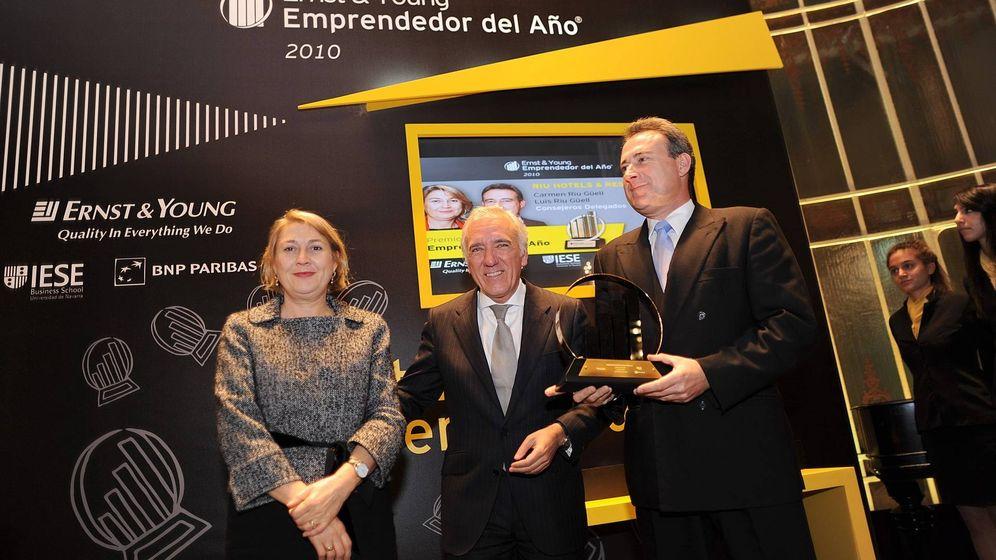 Foto: Carmen y Luis Riu, premiados en 2010 por el expresidente de EY, José Miguel Andrés (c). (RIU Hotels)