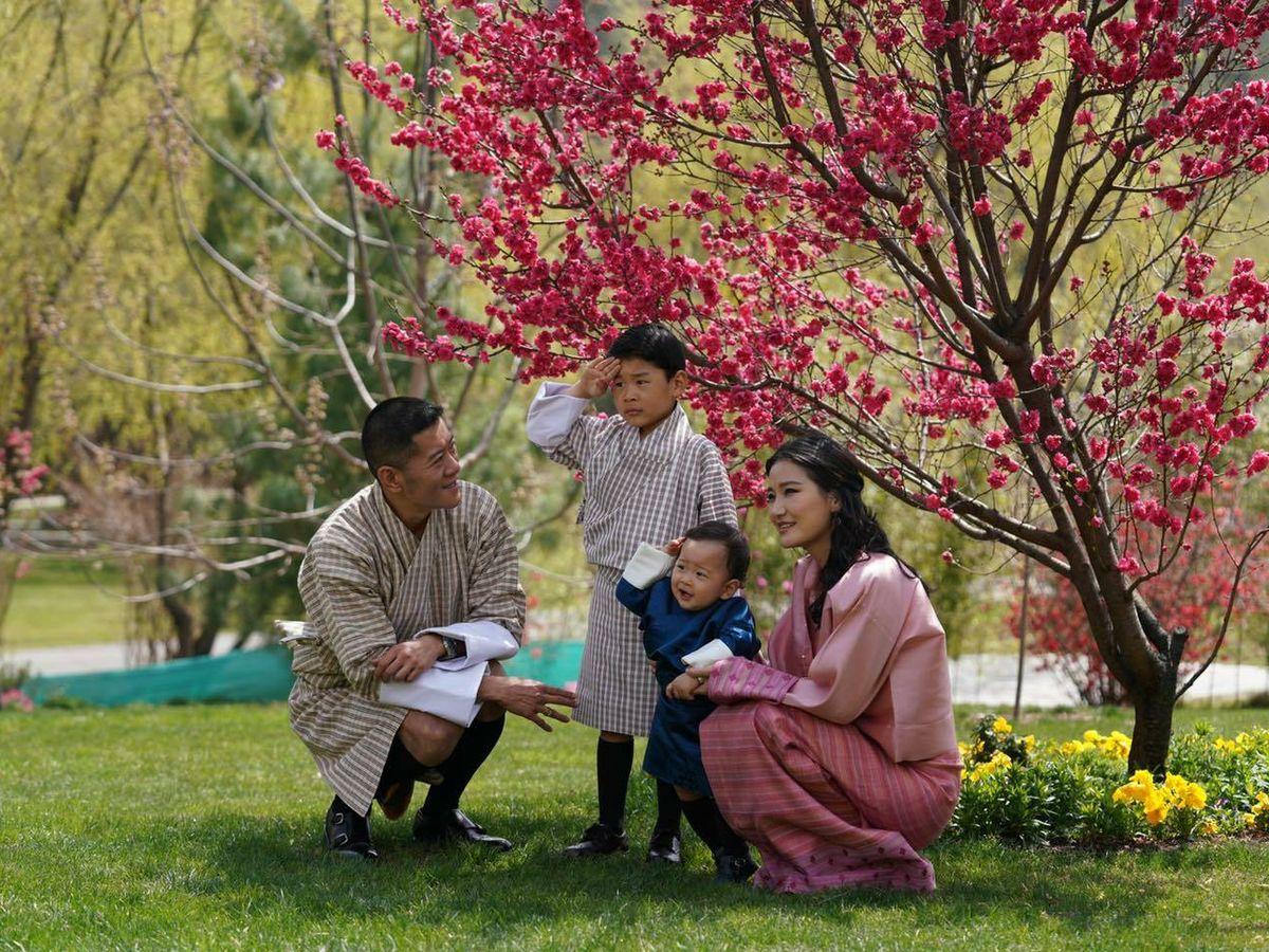 Foto: Los reyes de Bután, con sus hijos. (Facebook Jetsun Pema)