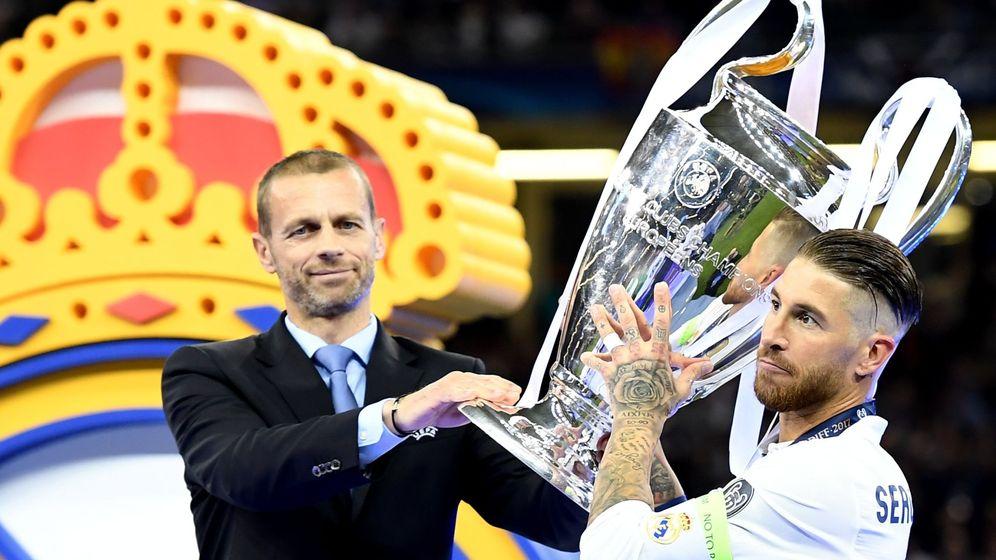 Foto: El presidente de la UEFA, Aleksander Ceferin, entrega la Copa de Europa a Sergio Ramos en Cardiff. (Reuters)