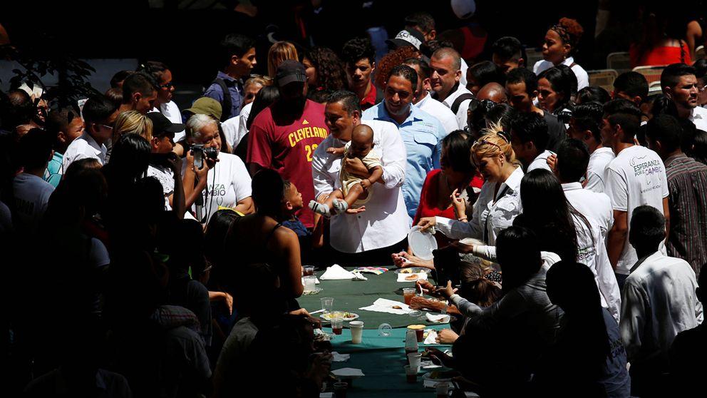 Rezos, reparto de sopa y dólares falsos para vencer a Maduro