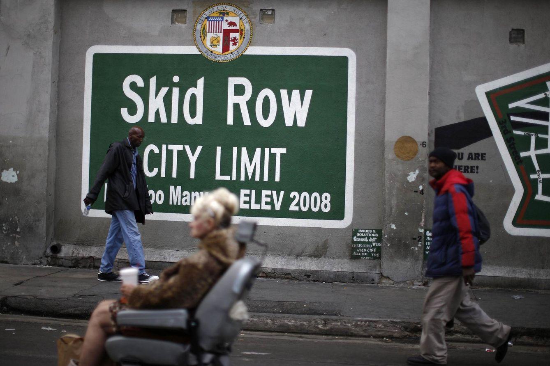 Foto: Un 'altar' improvisado en memoria de un indigente muerto a manos de la Policía en Los Ángeles. (Reuters)