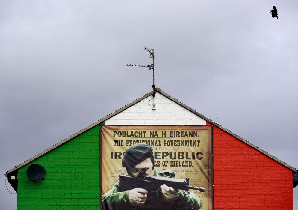 Foto: Un mural en el norte de Belfast muestra a un pistolero del IRA. (Reuters)