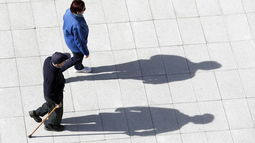 Foto: Una pareja de pensionistas pasea por Bilbao. (EFE)