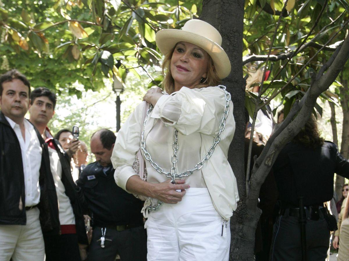 Foto: Carmen Cervera se manifiesta encadenándose contra la tala de árboles del paseo del Prado, 6 de mayo de 2007. (Archivo fotográfico ABC/ Chema Barroso)