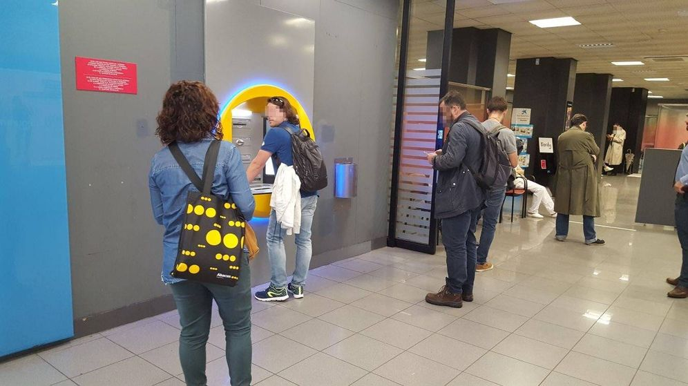 Foto: Muchas personas han acudido a los bancos a sacar su dinero. (FOTO: A. Pascual)