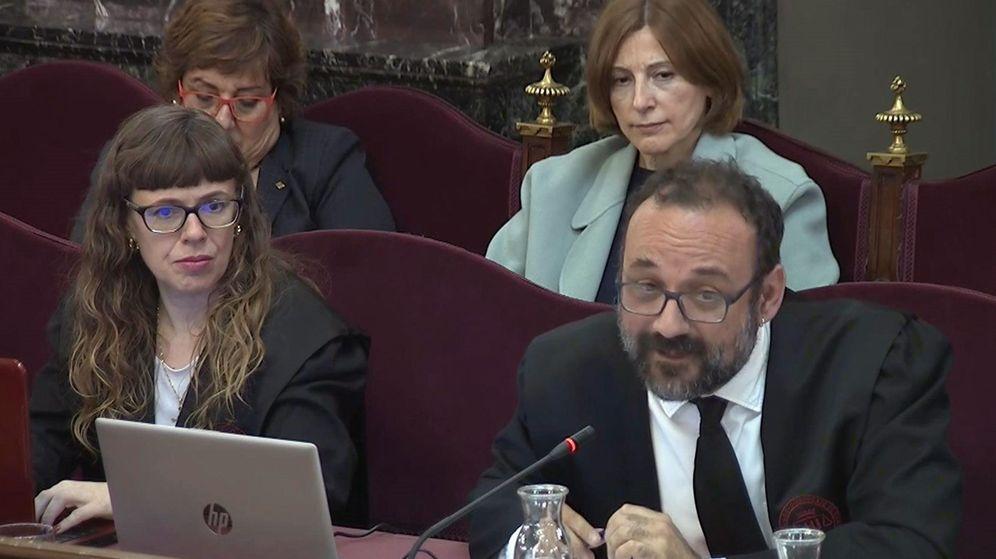 Foto: Captura de la señal institucional del Tribunal Supremo de de Alex Solá (abajo-d), abogado de Jordi Cuixart, y Olga Anderiu (abajo-i), abogada de la expresidenta del Parlament Carme Forcadell (arriba). (EFE)