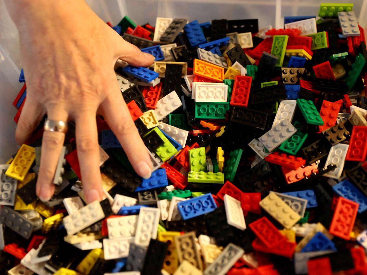 Foto: Una persona, jugando con unos Lego. Foto: REUTERS Kai Pfaffenbach