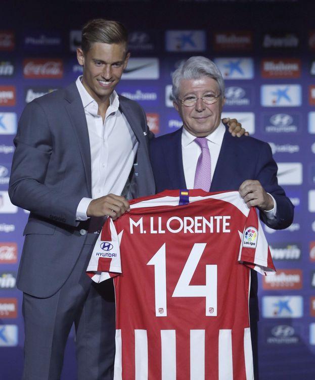 Foto: Marcos Llorente posa con la camiseta del Atlético de Madrid, con el dorsal '14', junto a Enrique Cerezo. (Efe)