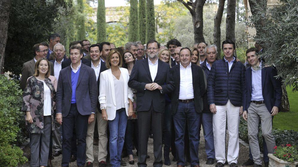 Foto: El presidente del Gobierno, Mariano Rajoy, acompañado de miembros del partido y del Gobierno. (EFE)
