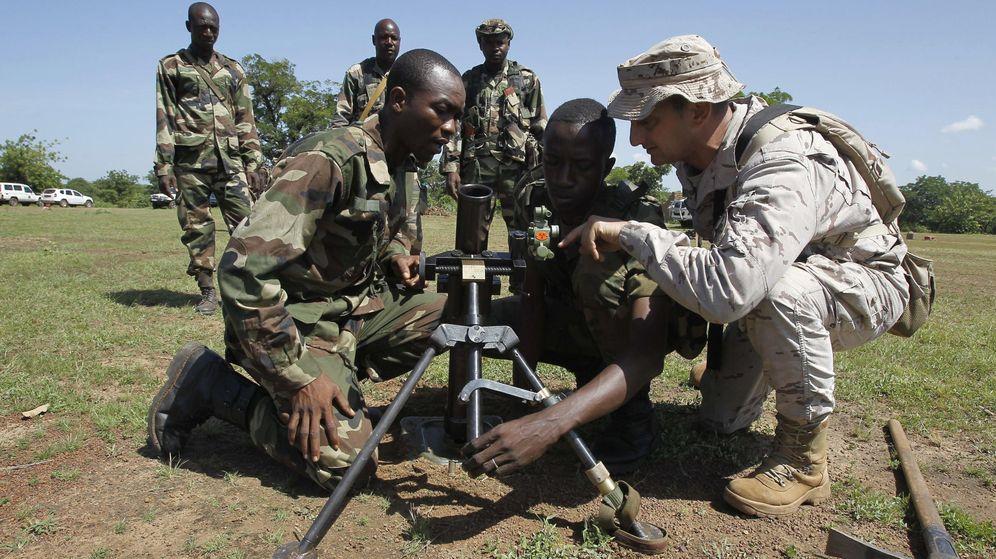 Foto: Un soldado español del equipo de entrenamiento del centro de instrucción de Koulikoro, encargado del entrenamiento del ejército maliense. (EFE)