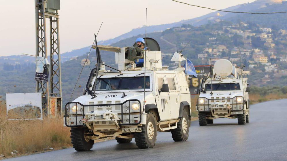 Foto: Patrulla con vehículos Lince cerca del cauce del Litani. (Foto: Juanjo Fernández)