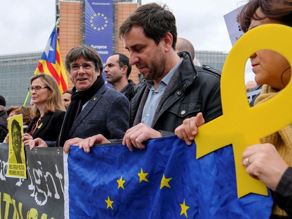 Foto: El 'expresident' Carles Puigdemont (2d) durante una protesta independetista en Bruselas. (Reuters)