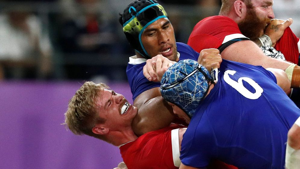 Foto: El polémico codazo de Sebastien Vahaamahina ante Gales. (Reuters)