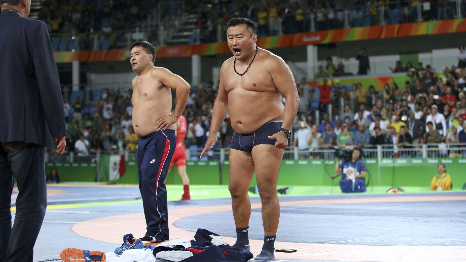 Foto: Uno de los entrenadores, en calzoncillos (Toru Hanai/Reuters).