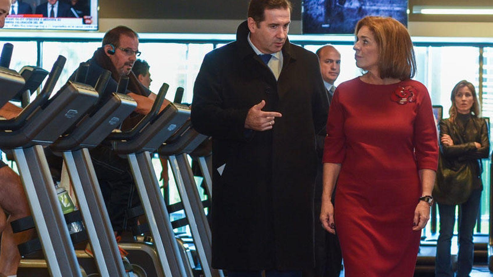 Foto: Ana Botella junto al presidente de Ingesport, Gabriel Sáez, durante la visita a uno de los gimnasios del grupo. (Foto: ingesport.es)