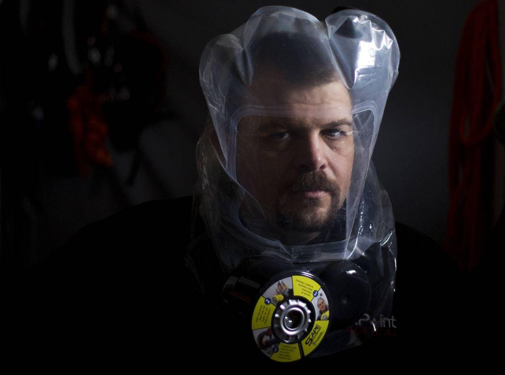 Foto: Phil Burns, un 'prepper', prueba una máscara purificadora de aire en su casa en American Fork, Utah (Reuters).