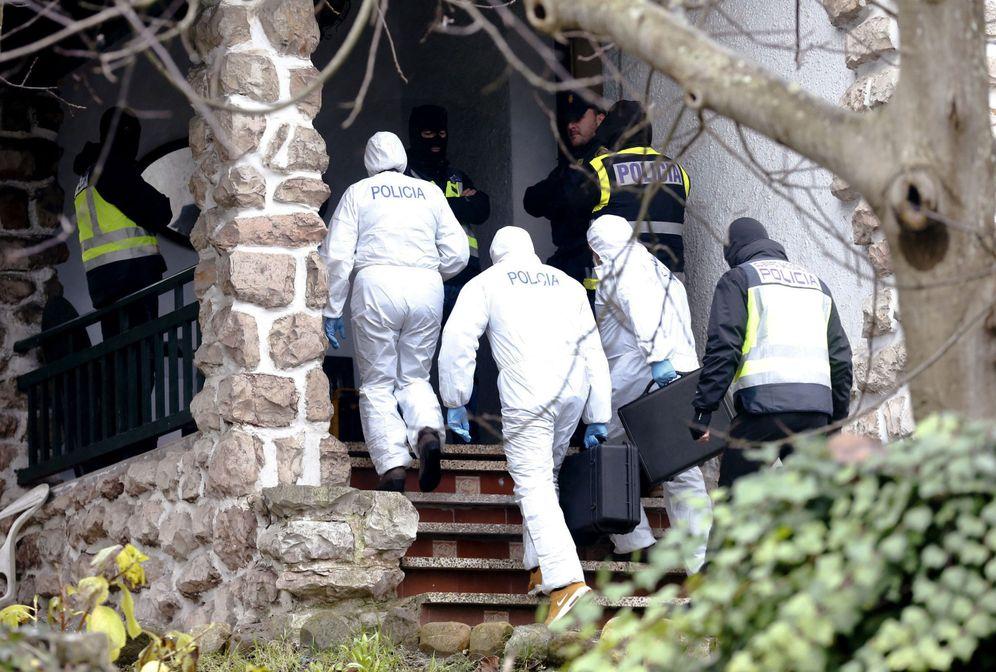 Foto: Agentes de la Policía Nacional acceden a la vivienda en San Sebastián en la que fue detenido un presunto yihadista en enero de este año. (EFE)