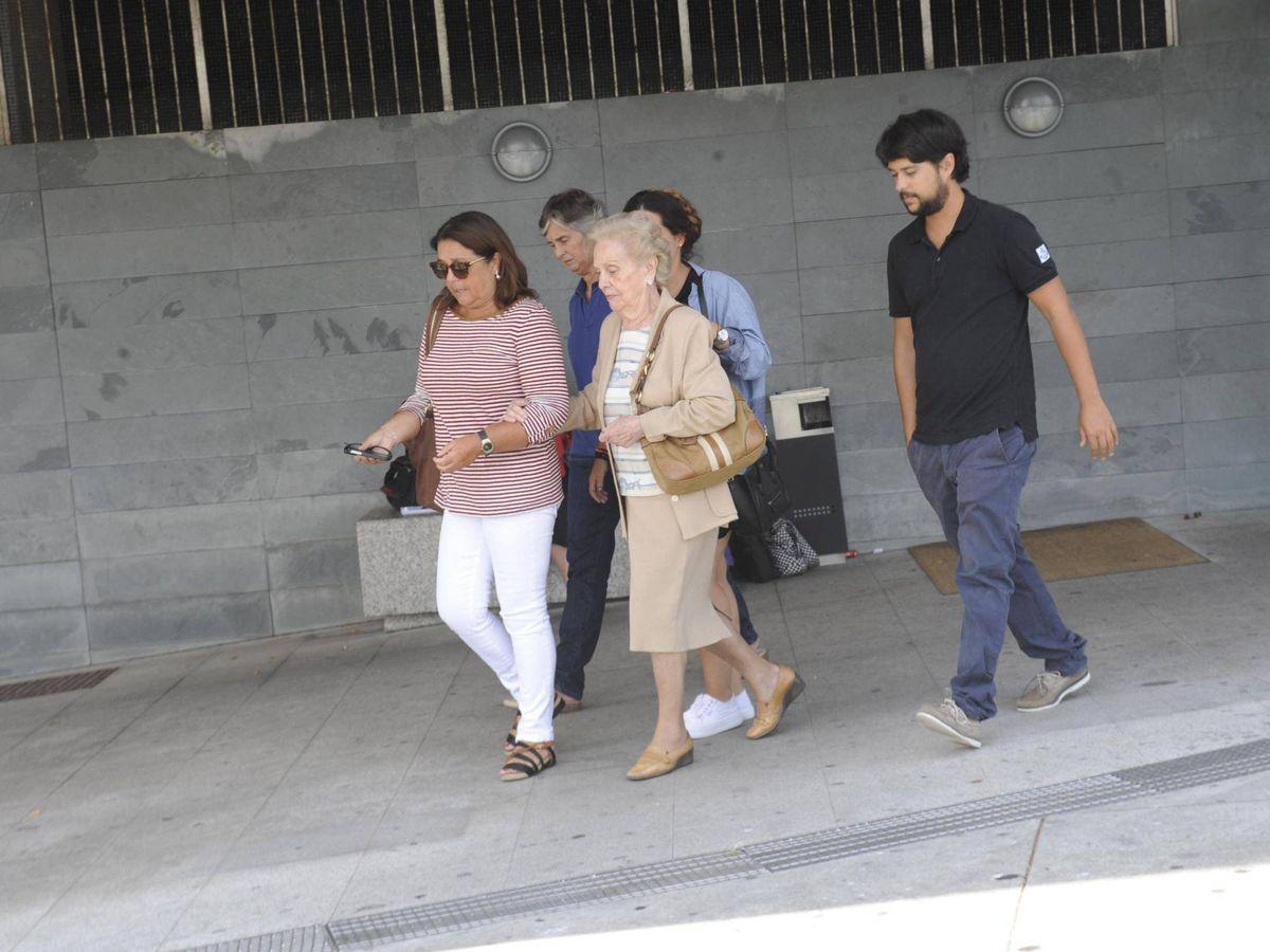 Foto: Dolores Ortega, en cabeza, saliendo del tanatorio de Rosalía Mera. (Cordon Press)