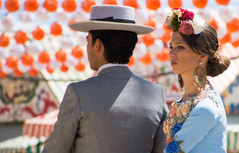 Foto: Pareja en la Feria de Abril de Sevilla en 2018. (EFE)