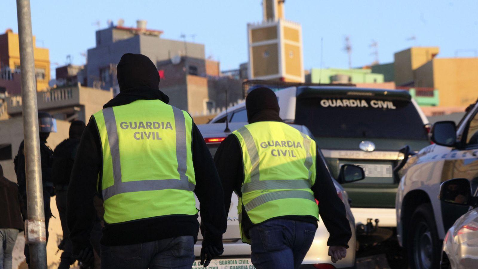 Foto: La Guardia Civil, durante una operación contra el yihadismo en la barriada del Príncipe, en Ceuta. (EFE)