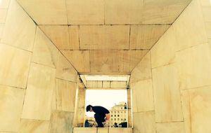 Censura a dos artistas por defecar en un monumento a la Constitución