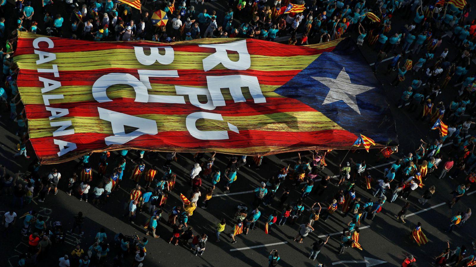 Foto: Los manifestantes sostienen una estelada gigante durante la manifestación de la Diada. (Reuters)