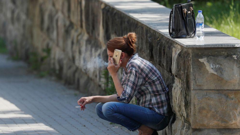 Foto: Una mujer fuma mientras habla por el móvil. (Valentin Ogirenko / Reuters)