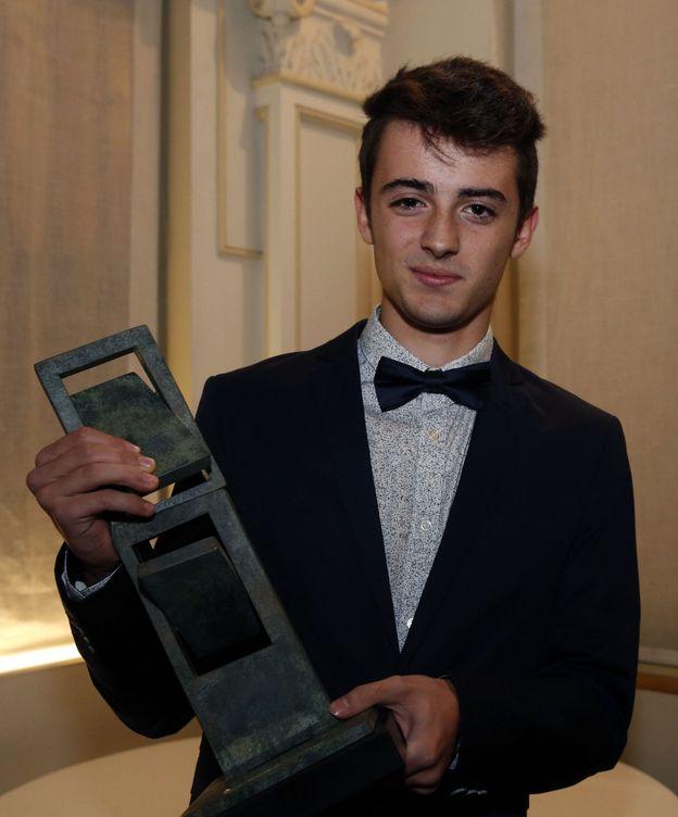 Foto: Aleix Porras, con el premio Matinot al atleta revelación (EFE)