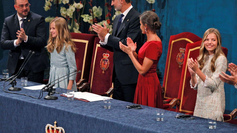 Los reyes Felipe y Letizia y la infanta Sofía aplauden a la princesa Leonor tras su discurso en la ceremonia de entrega de los Premios Princesa de Asturias 2019. (EFE)